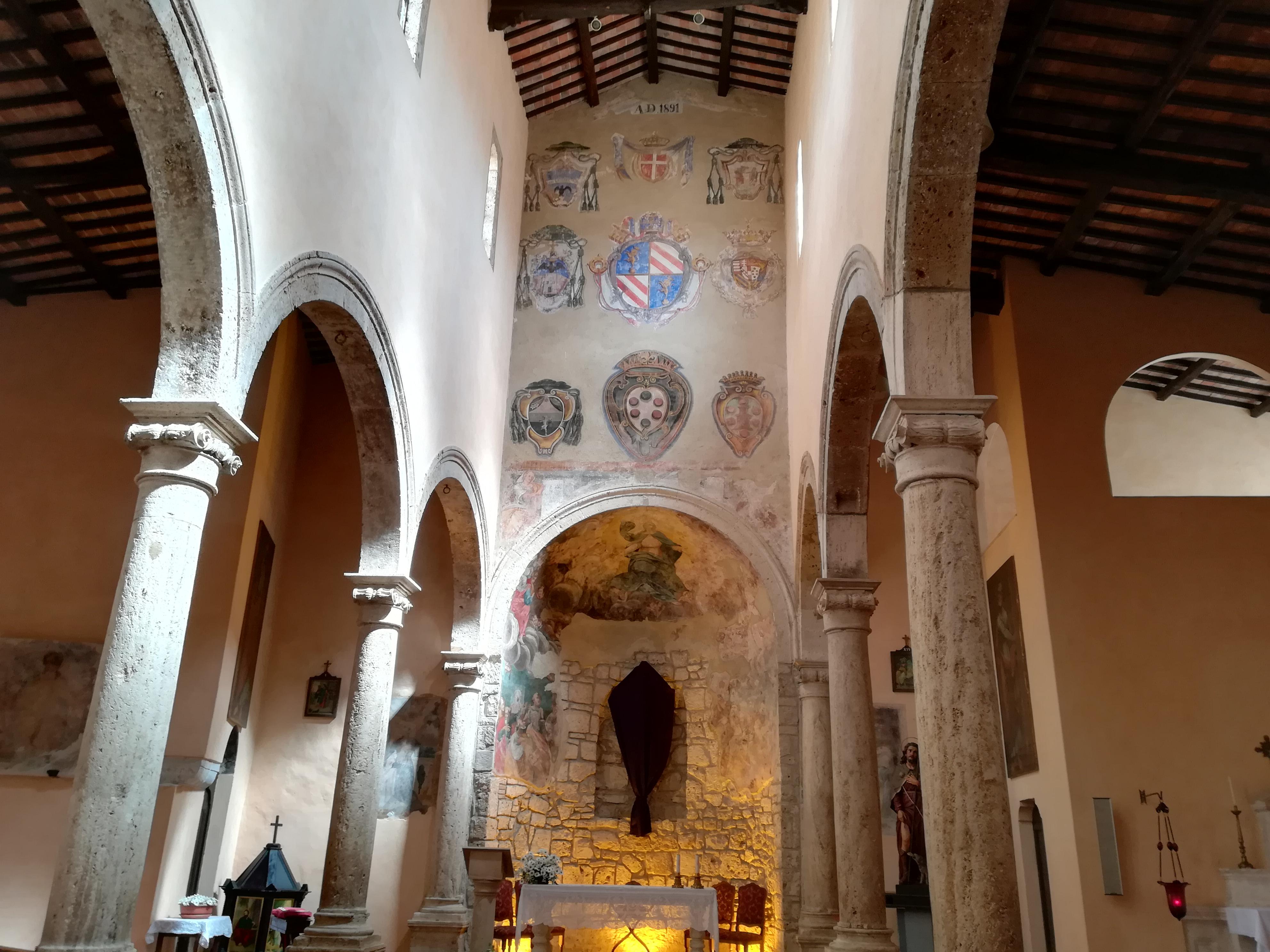Interno della chiesa di Santa Maria e San Rocco a Pitigliano cosa vedere GetCOO Travel