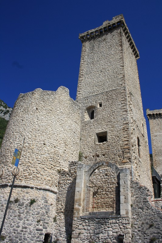torri del castello dei Caldora Cosa vedere a Pacentro GetCOO Travel