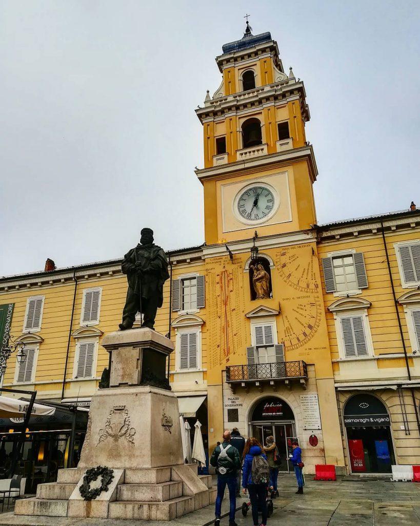 cosa vedere a Parma palazzo del Governatore e monumento a Garibaldi